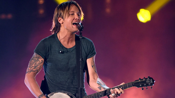Keith Urban & Opry Audience Team Up for 'The Fighter'