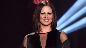 Sara Evans Shines on New Single 'Marquee Sign'