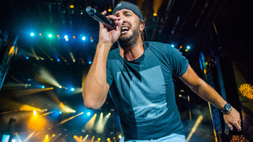 Luke Bryan Breaks No Butt-Grabbing Rule For An 88-Year-Old Super Fan