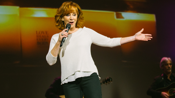 Reba McEntire to Host CMA Country Christmas