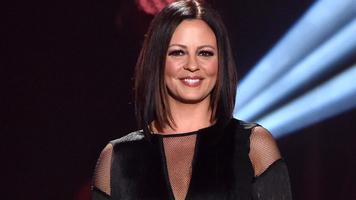 Sara Evans Is Bringing Back Her At Christmas Tour
