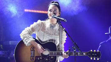 Kacey Musgraves Stuns Fans With Dreamy Performance Of 'Rainbow' On Seth Meyers