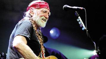 Willie Nelson Surprises Crowd With Duet With Jessica Simpson