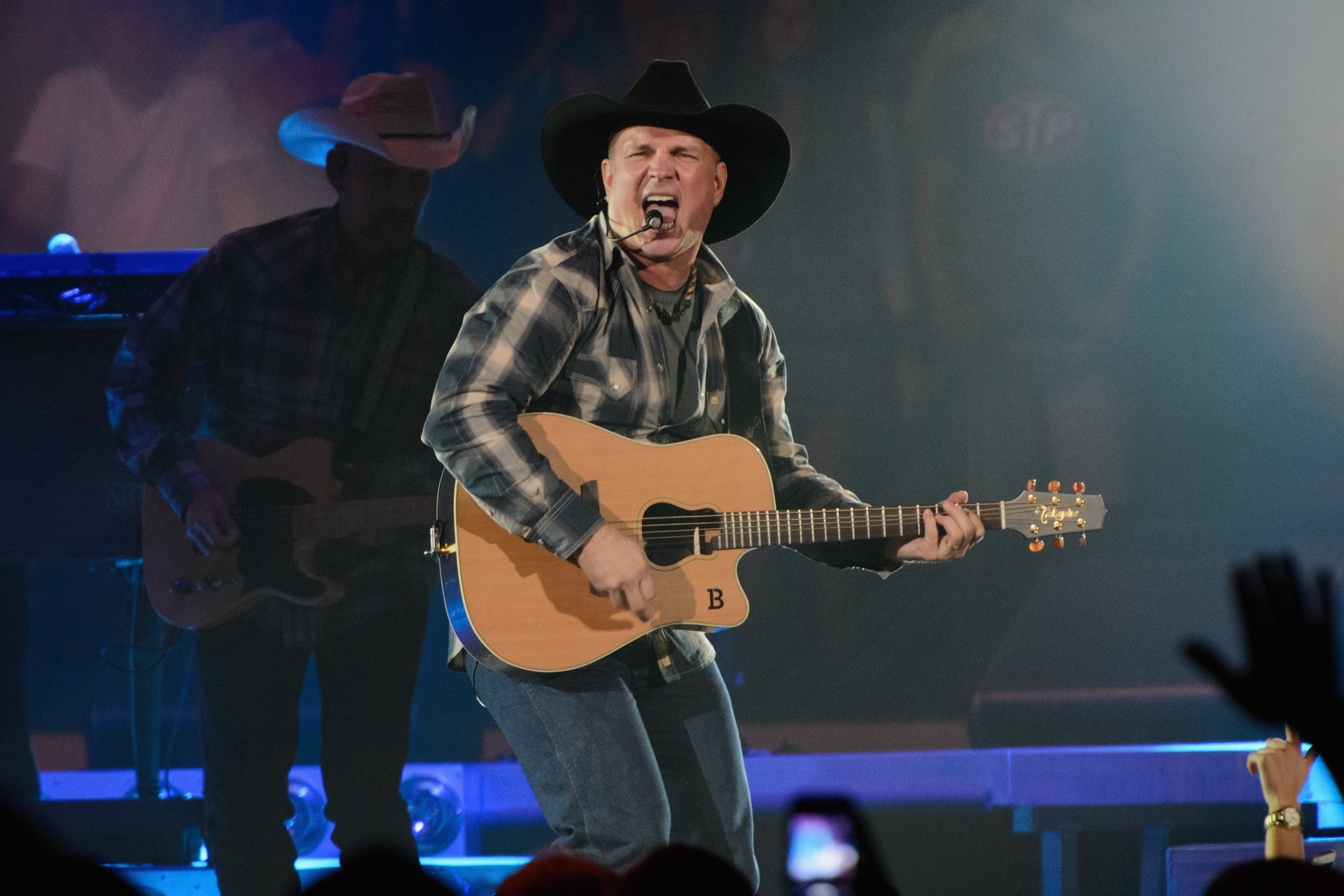 Lee Brice Garth Brooks Perform More Than A News Megacountry