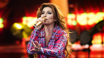 Shania Twain Smoothly Improvises Through Power Outage