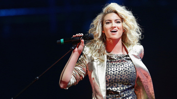 Hunter Hayes Joins Tori Kelly for Live Performance of 'Wanted'