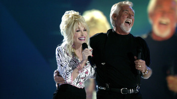 Kenny Rogers & Dolly Parton Perform 'Islands in the Stream'