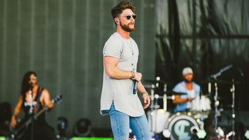 Hot Shots: Chris Lane rock's the stage for FGL's Smooth Tour!