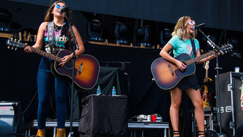 Maddie & Tae Show Their Stuff At Faster Horses 2017