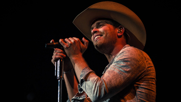 Dustin Lynch Helps Ring In 2018 Leg Of Weekend Warrior Tour