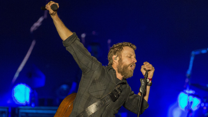 Hot Shots: Check Out Dierks Bentley Rocking LakeShake