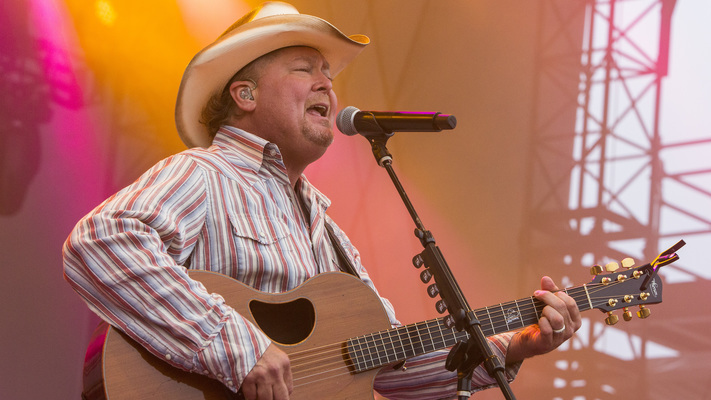 Hot Shots: Tracy Lawrence Brings A Two-Steppin' Good Time To LakeShake