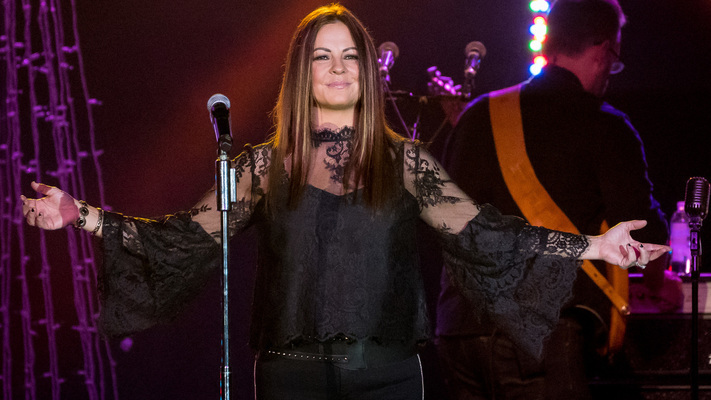 Sara Evans Brings The Holiday Spirit On Her At Christmas Tour