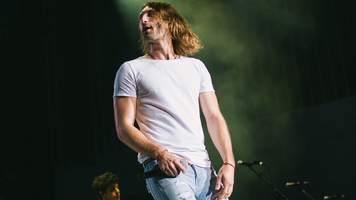 Ryan Hurd Rocks The Stage – See 10 Exclusive Shots!