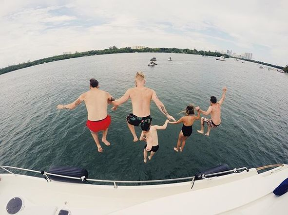 Kelsea Ballerini enjoyed a vacation lake-day last week with her band on a day-off on tour!
