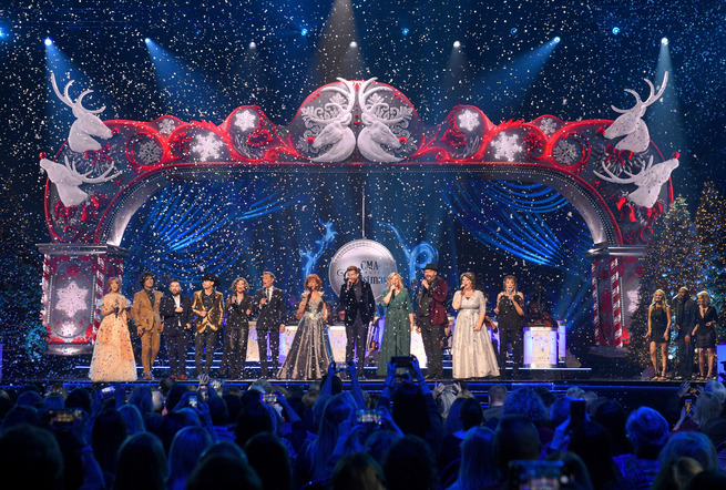 Cma Country Christmas.Cma Country Christmas Rings In With Heartw Photos